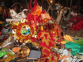 Après le défilé, les costumes sont jetés :-(